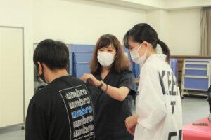 授業後、学生からの質問に答える宮田先生